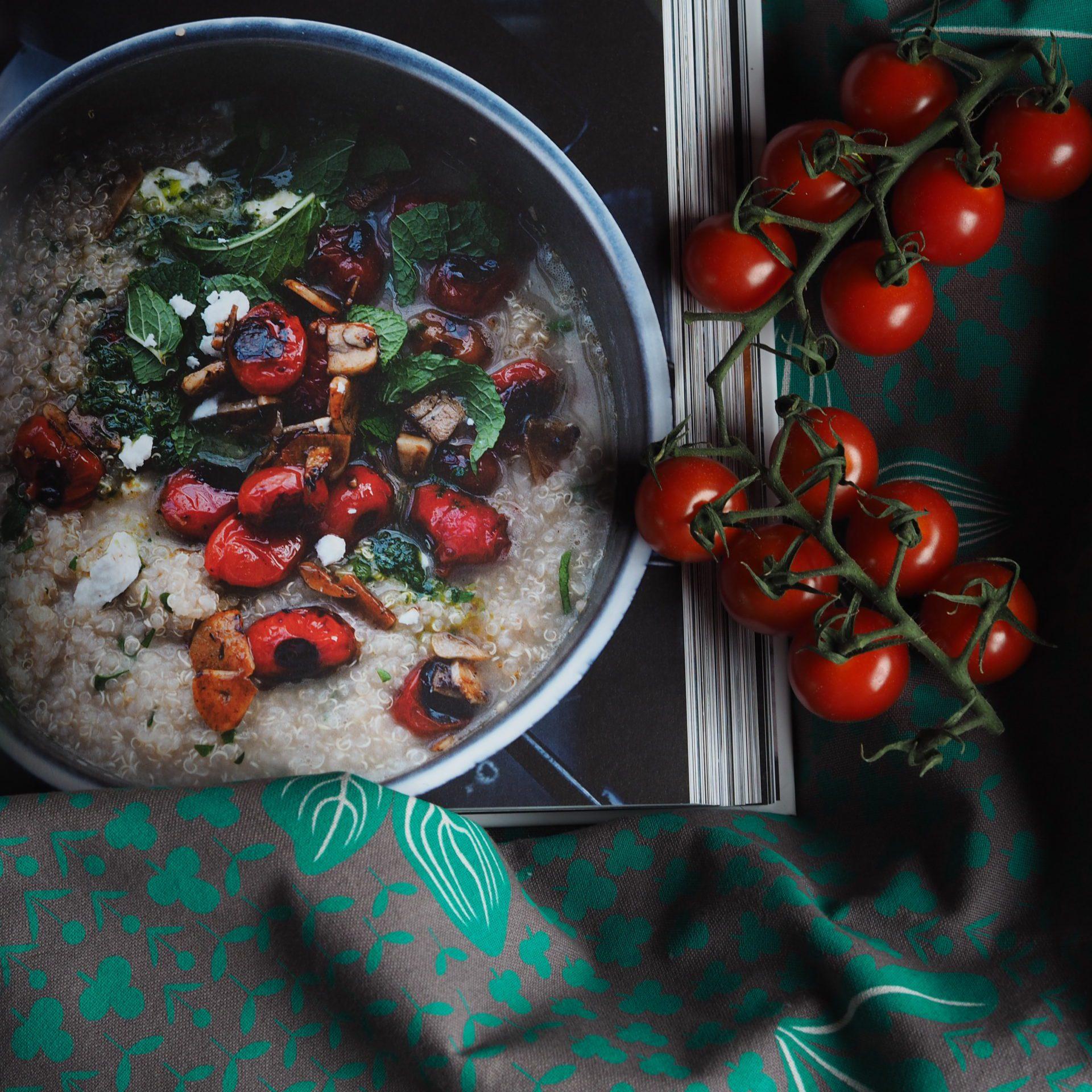 Výživové bomba: Kaša z qiunoy s grilovanými paradajkami a cesnakom